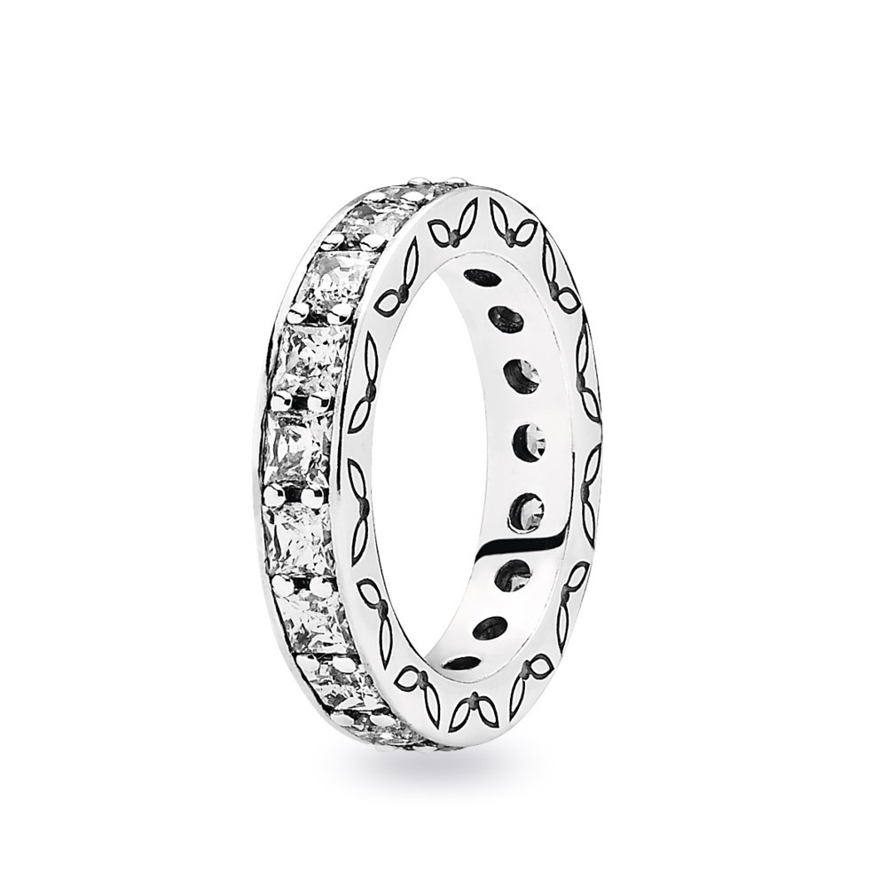 טבעת כסף עם שיבוץ היקפי של זרקונים